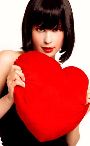 Femme avec un coeur